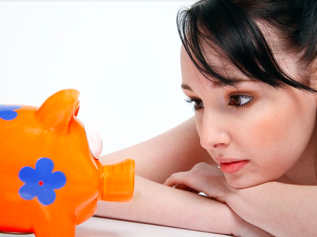 Los jóvenes, tan cerca del gasto, tan lejos del ahorro